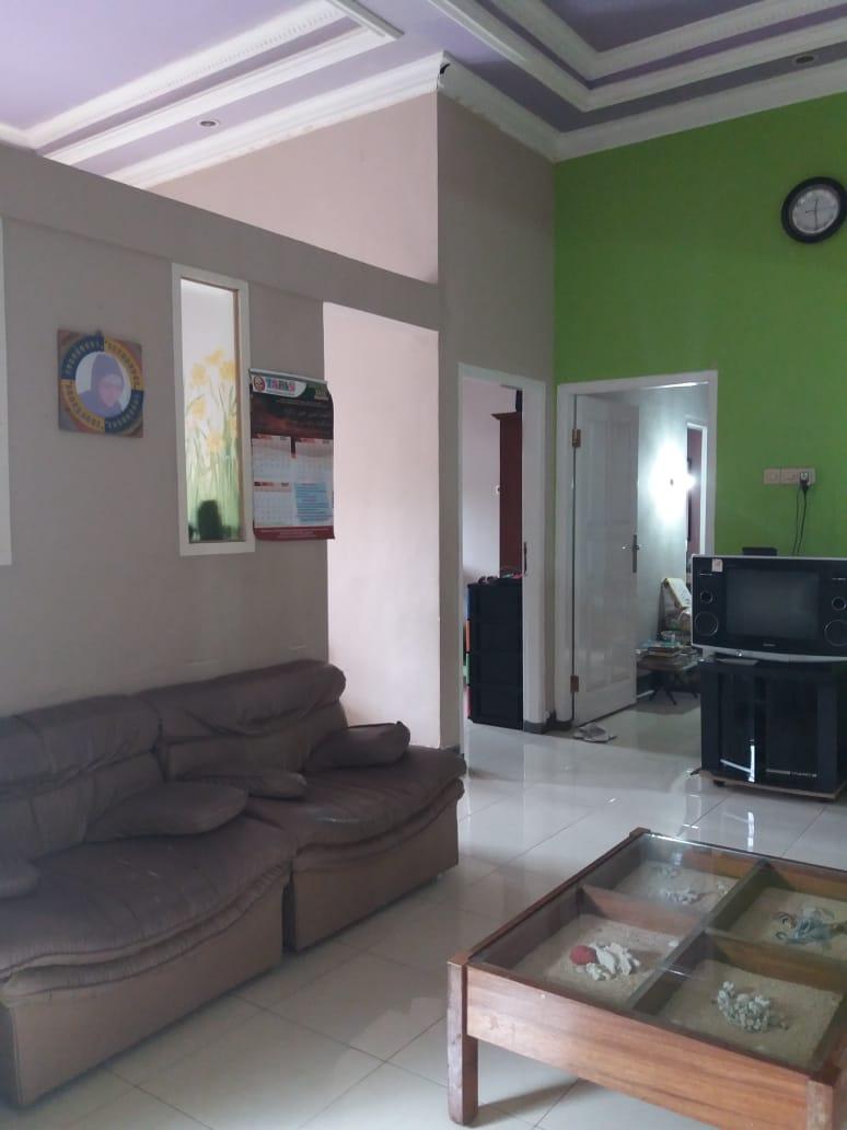 Rumah dengan furniture siap Pakai, dijual cepat. Lok Grya Praja Asri Jatisela